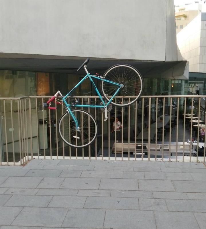 ワイルドなスタイルで駐輪された自転車。一体なぜ宙に浮かす…。