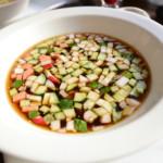 モスクワの飲食物シリーズ。トリフォノフが夏は週7で食べるお気に入りだという冷製スープ、アクロシュカ。味のしない微炭酸の液体に野菜が浮かんでいる。微妙な味わいでした。(ごめんね)