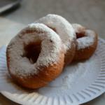 モスクワの飲食物シリーズ。モスクワの森のドーナツ屋のドーナツ。粉砂糖たっぷり。
