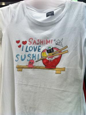 過日ワルシャワで見かけた斬新なデザインのTシャツ(寿司に足が生えている)