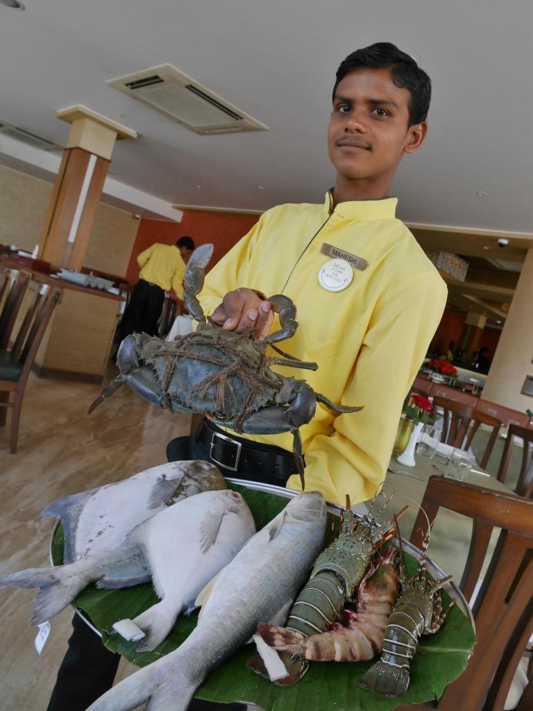 ムンバイのレストランにて、タンドリー蟹を得意気に見せるウエイターさん。
