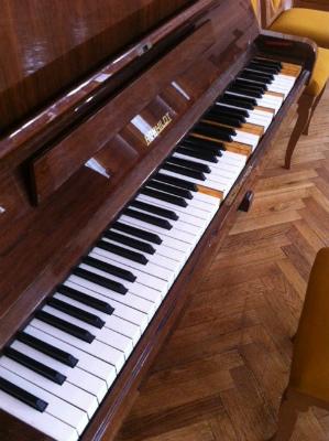 モスクワの某ホール楽屋にあった鍵盤ヌケヌケピアノ